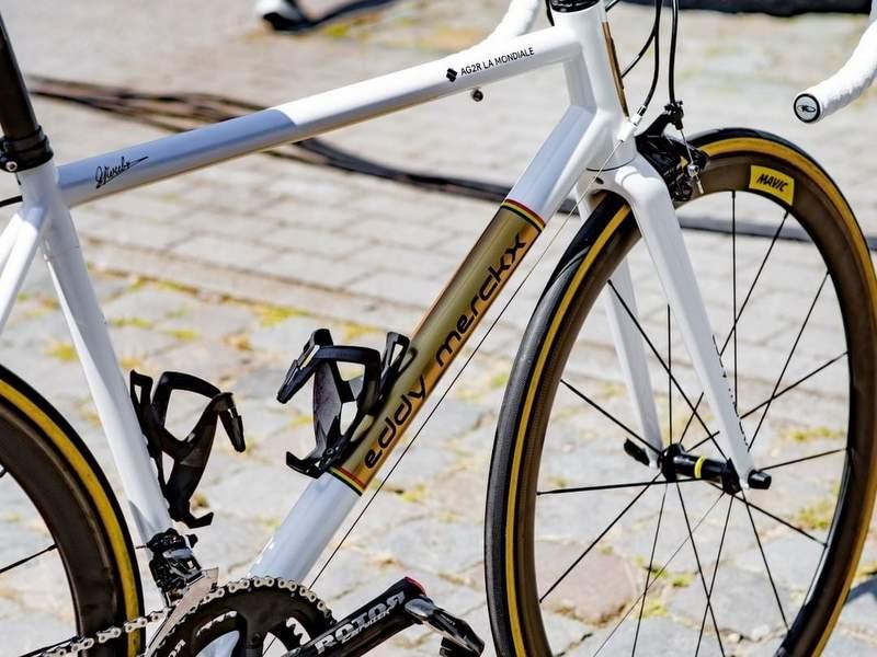 ツール最終日に金属フレームのバイクがシャンゼリゼを走っていた。AG2RのOliver Naesenが使用したバイクとは?