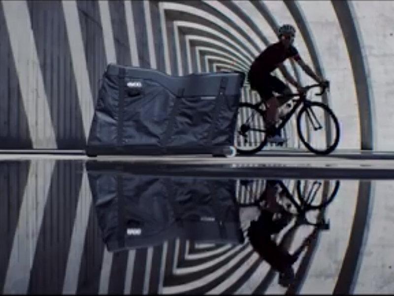究極の飛行機輪行バッグ?EVOCから、ハイブリッド輪行ケース「Road Bike Bag Pro」登場。ハードシェルとソフトシェルが合体