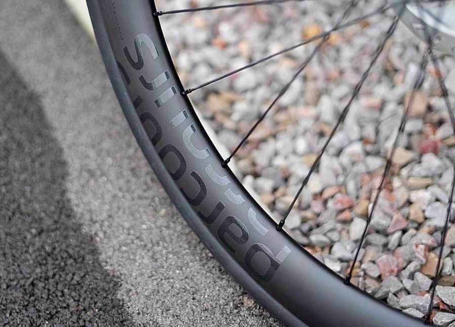 ロードバイクは28mm幅タイヤが主流になる?Parcoursから新カーボンディスクホイールStradeが登場。
