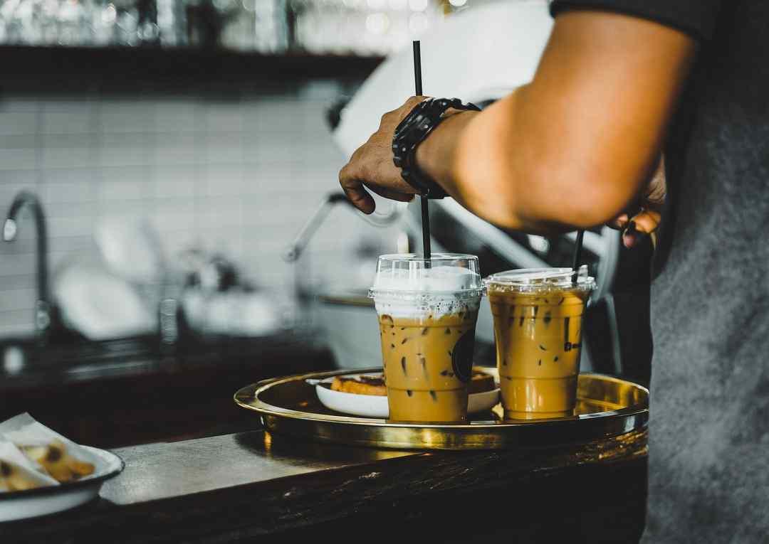ニコラス・ロッシュがカフェを開く準備中