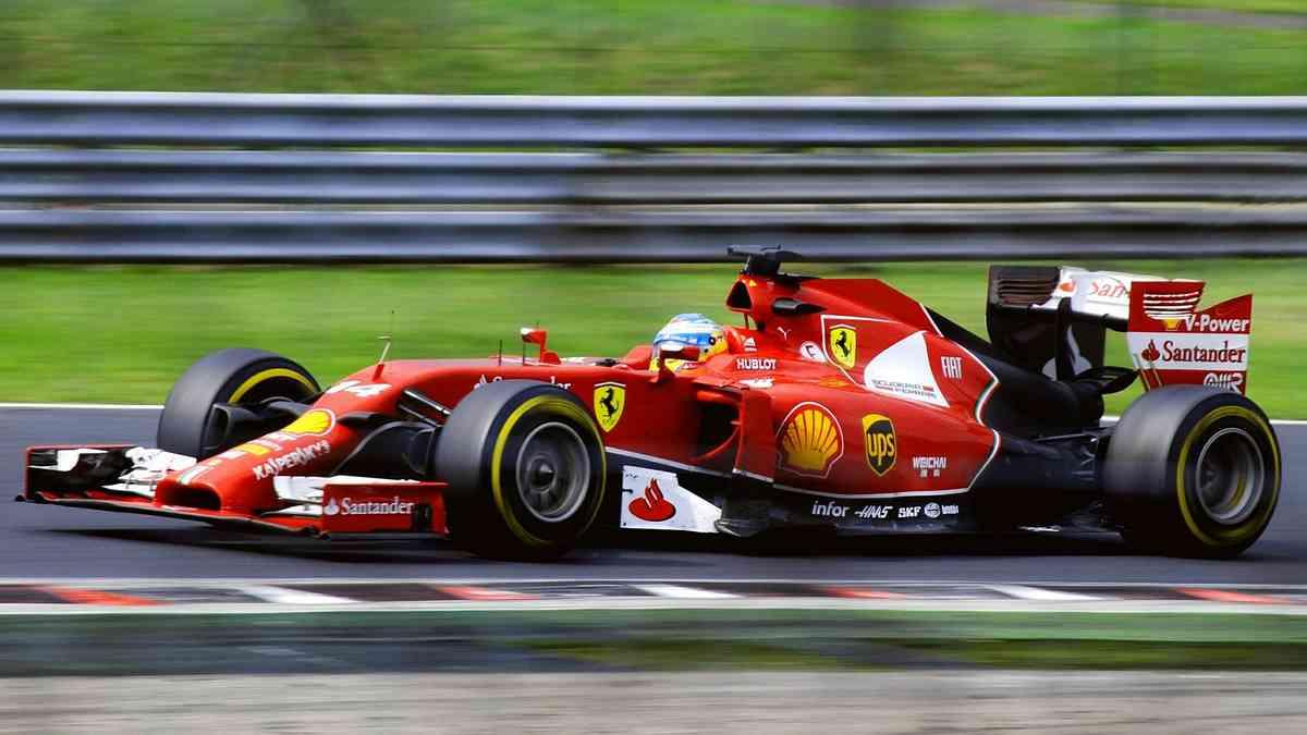 F1マシンのフェラーリとフェルナンド・アロンソ