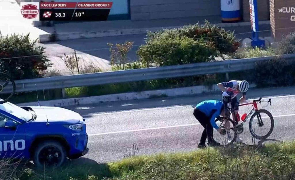 2021ストラーデ・ビアンケ(Strade Bianche)でのクイン・シモンズのメカトラ
