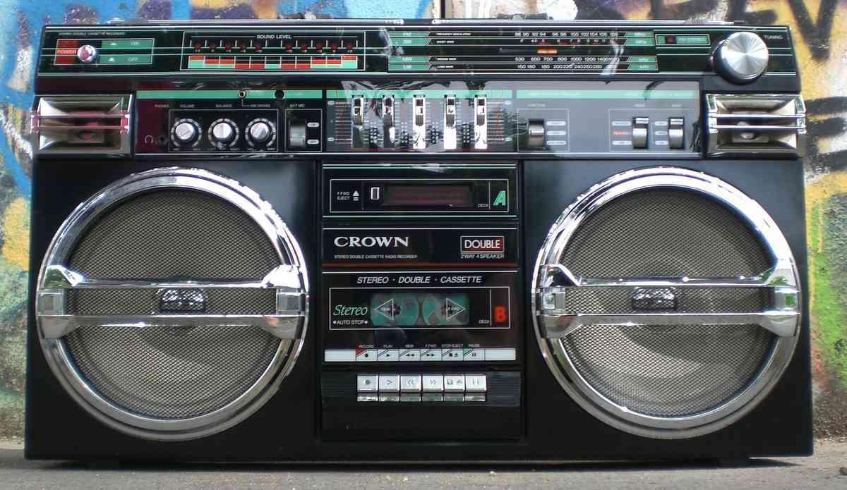 カセットテーププレイヤーとラジオ